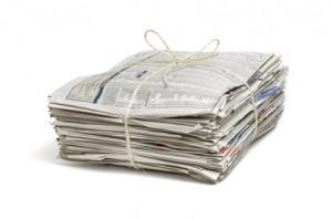 verschnürter Zeitungsstapel